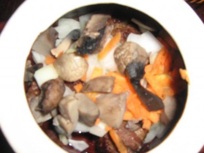 Говядина с грибами и картошкой - фото шаг 5