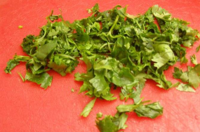 Салат с помидорами и кинзой - фото шаг 2
