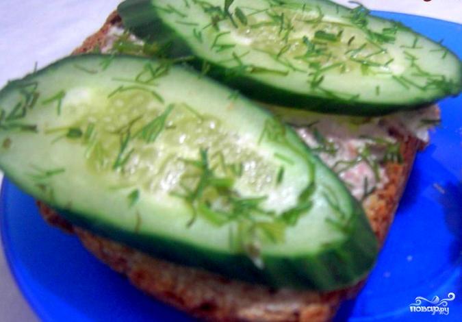 Бутерброды с паштетом и огурцом