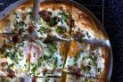 Пицца на завтрак с беконом, сыром и яйцами