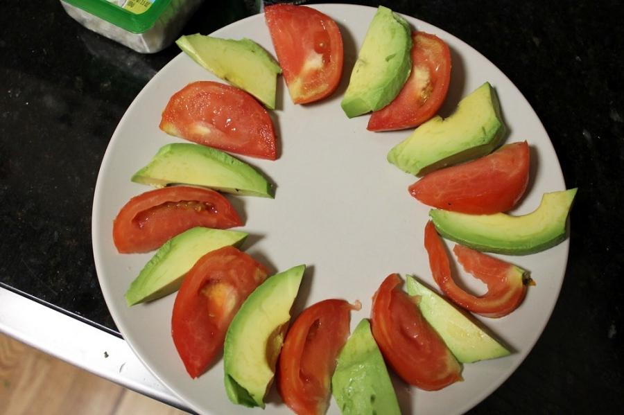 Салат с авокадо, помидорами и фетой - фото шаг 3