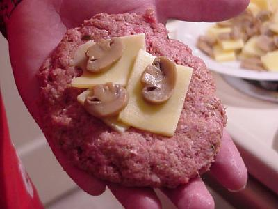 Гигантский швейцарский бургер с грибами - фото шаг 10