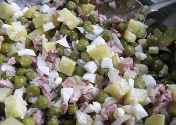 Простой салат из печени трески - фото шаг 4