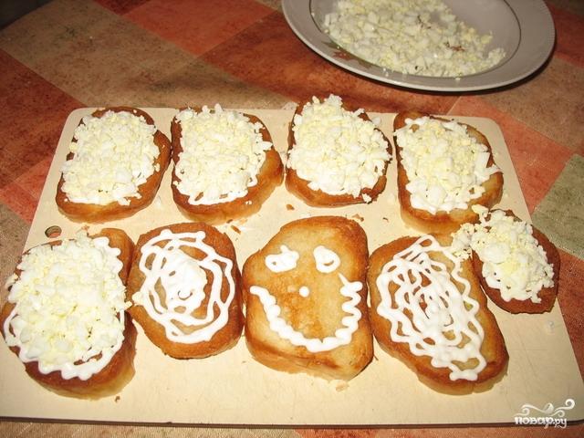 Бутерброды с яйцом и чесноком - фото шаг 5