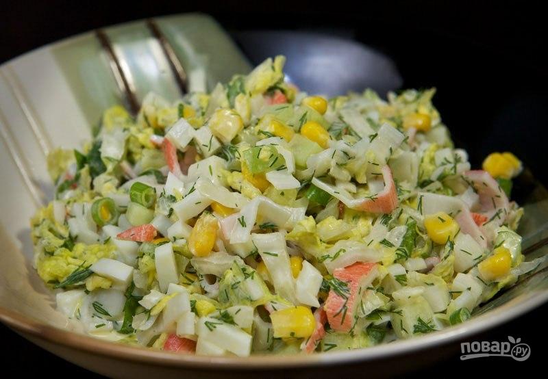 Салат с ветчиной крабовыми палочками и кукурузой