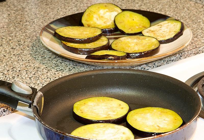 Жареные баклажаны под мясом - фото шаг 6