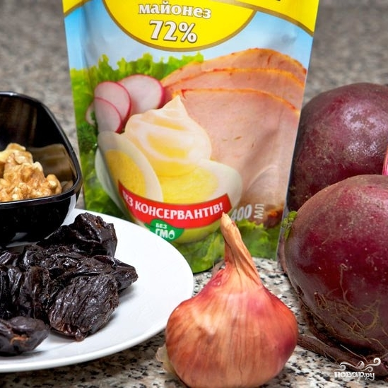 Рецепт Свекольный салат с черносливом и грецкими орехами
