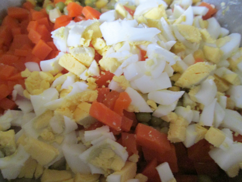 Простой салат с кукурузой - фото шаг 7