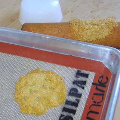 Чипсы из сыра - фото шаг 2