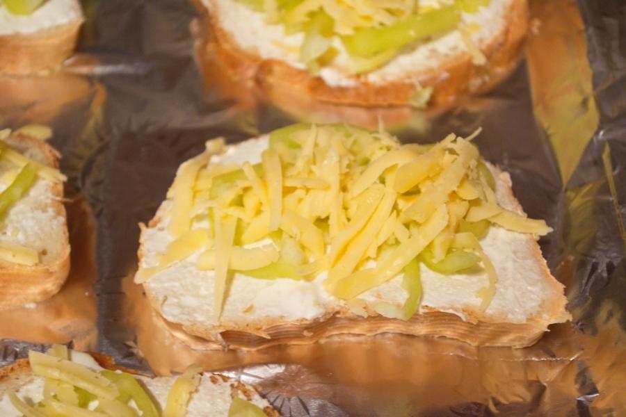 Запеченные тосты с паприкой - фото шаг 4