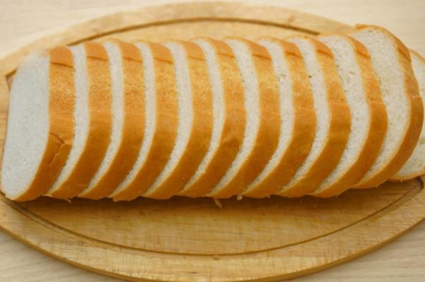 Гренки с чесноком и сыром в духовке - фото шаг 2