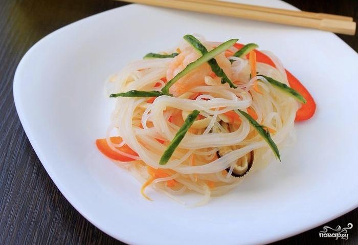 Салат со стеклянной лапшой и овощами