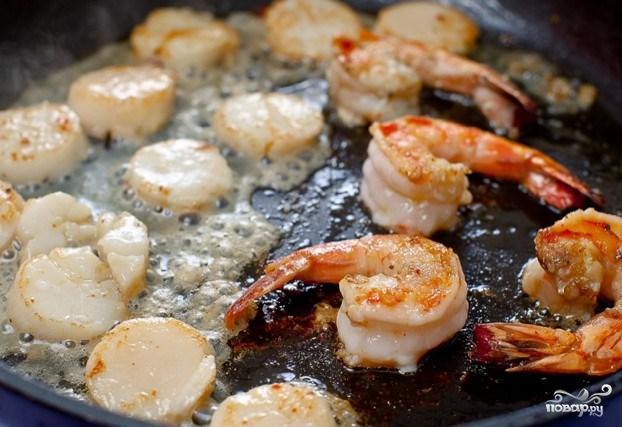 Креветки и морские гребешки с чесноком - фото шаг 1