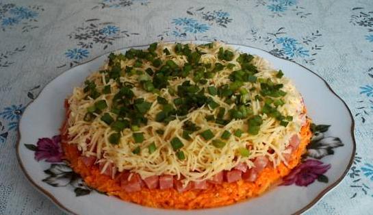 салат с морковью сыром и колбасой