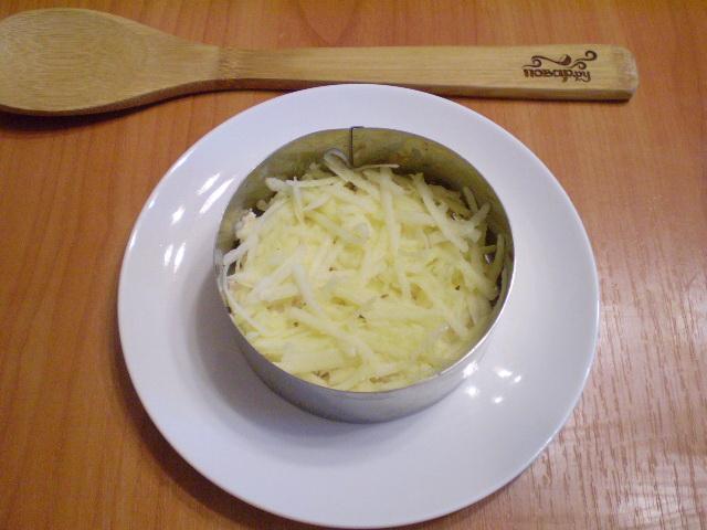 Слоеный салат с курицей и орехами - фото шаг 4