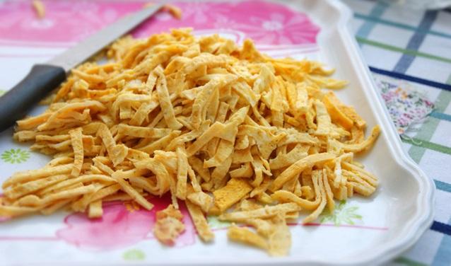 Салат с блинчиками из яиц - фото шаг 6
