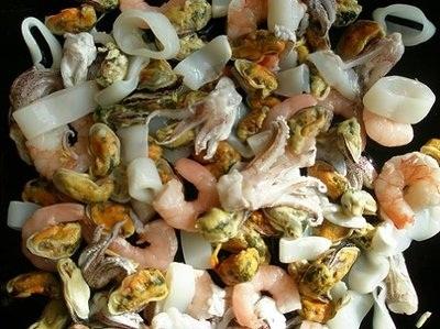Салат из морского коктейля - фото шаг 1