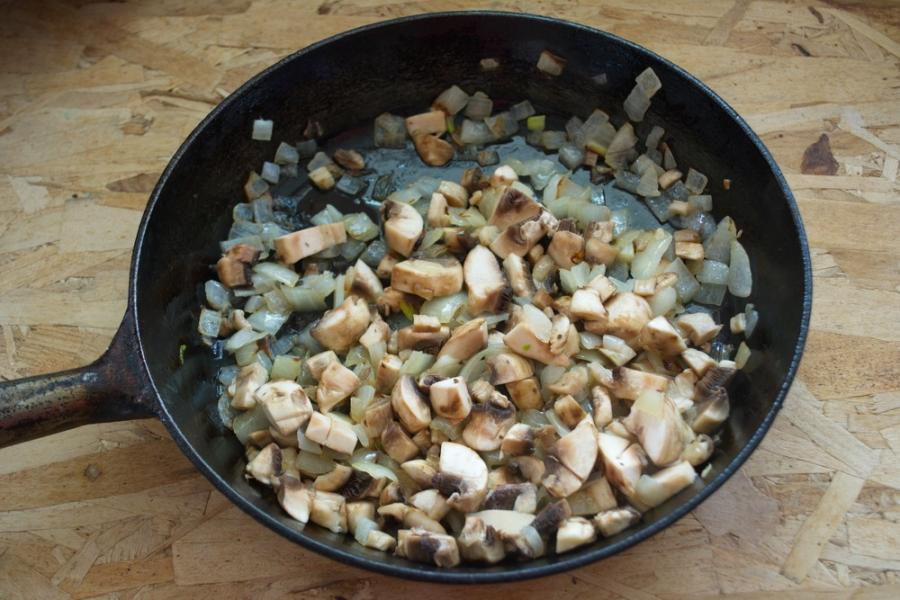 Слоеные пирожки с грибами - фото шаг 4