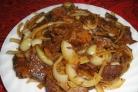 Мясо с луком на сковороде