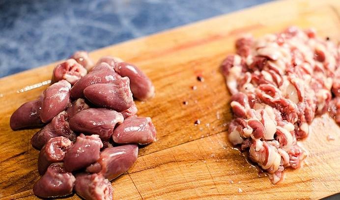 Суп из куриных сердечек с клецками - фото шаг 1