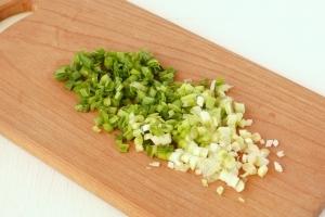 Салат из яиц и зеленого лука - фото шаг 2