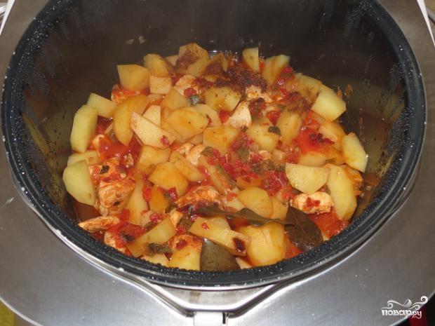 Тушеные картошка с курицей в мультиваркеы с фото