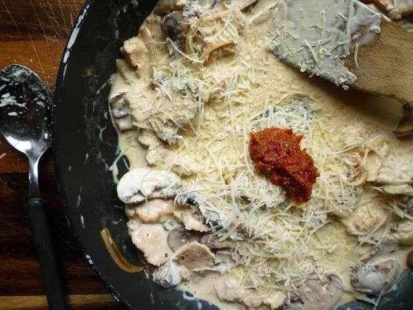 Паста тальятелле с соусом из курицы и грибов - фото шаг 4