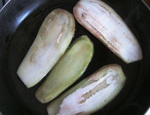 Рулетики из баклажанов с помидорами - фото шаг 2