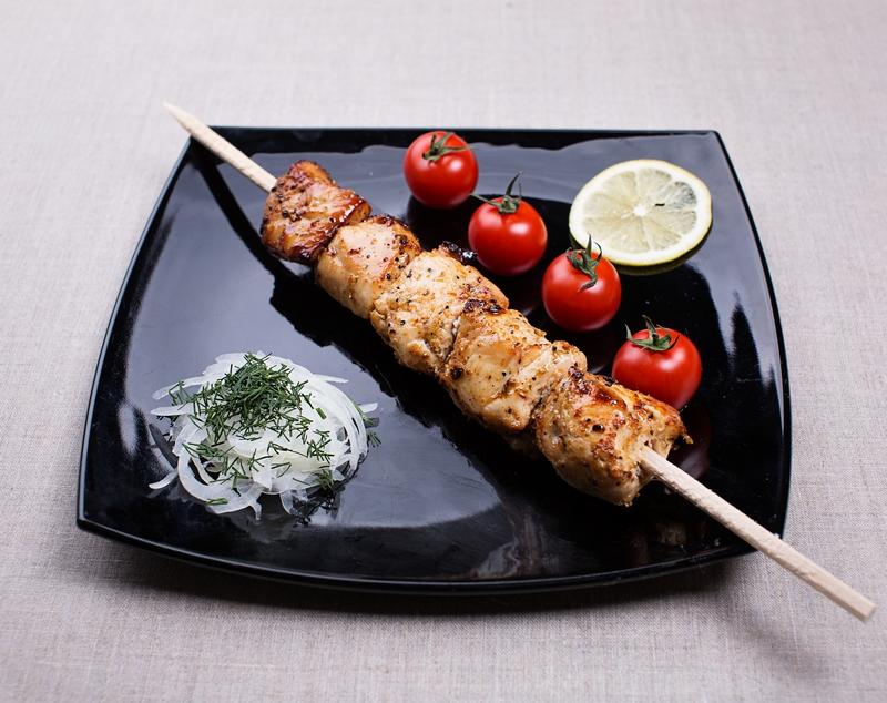 Рецепт шашлыка из курицы в чесночно-луковом маринаде - фото шаг 7