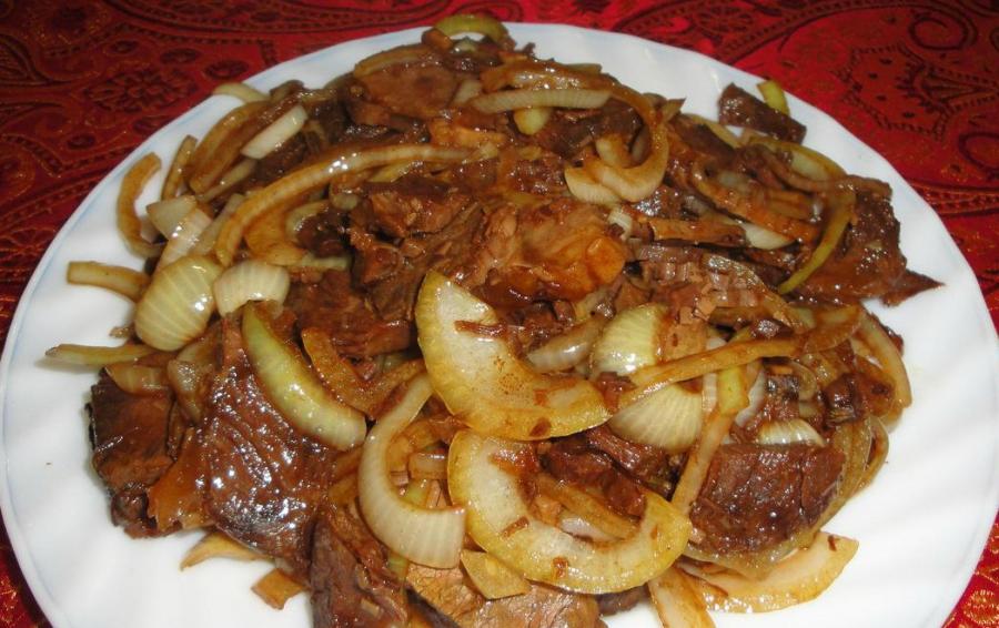 рецепт жареного мяса на сковороде кусочками с луком