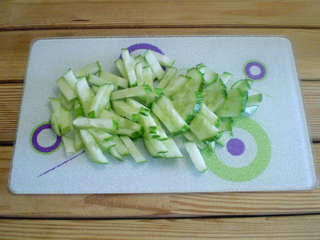 Салат из крабовых палочек с огурцом - фото шаг 2