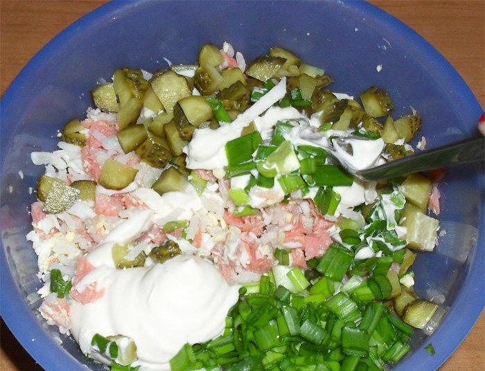Салат с отварной форелью - фото шаг 6