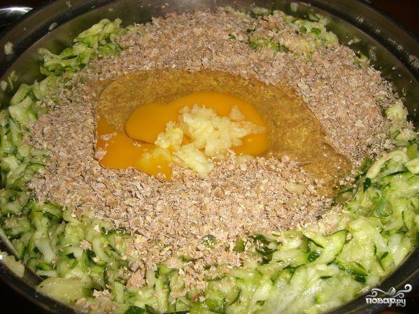 Оладьи из цукини с творожной начинкой - фото шаг 2