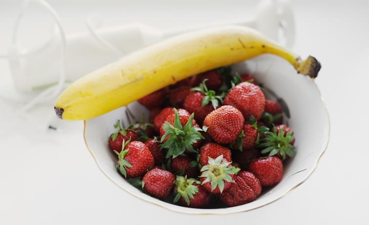 Клубнично-банановый смузи - фото шаг 1