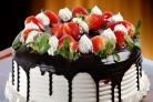 Праздничный торт с клубникой