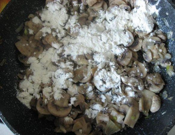 Свинина в молоке на сковороде - фото шаг 3