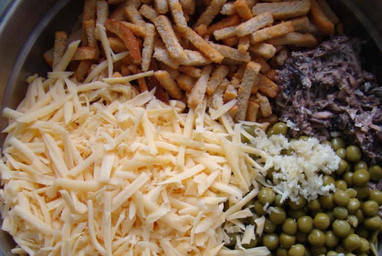 Салат со шпротами и сыром - фото шаг 3