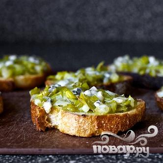 Тосты с голубым сыром и луком - фото шаг 3
