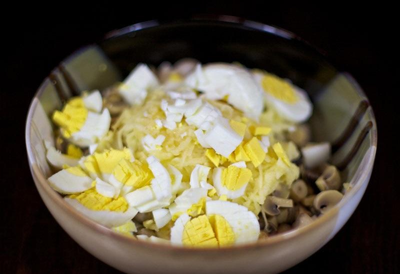 Салат с маринованными грибами - фото шаг 4