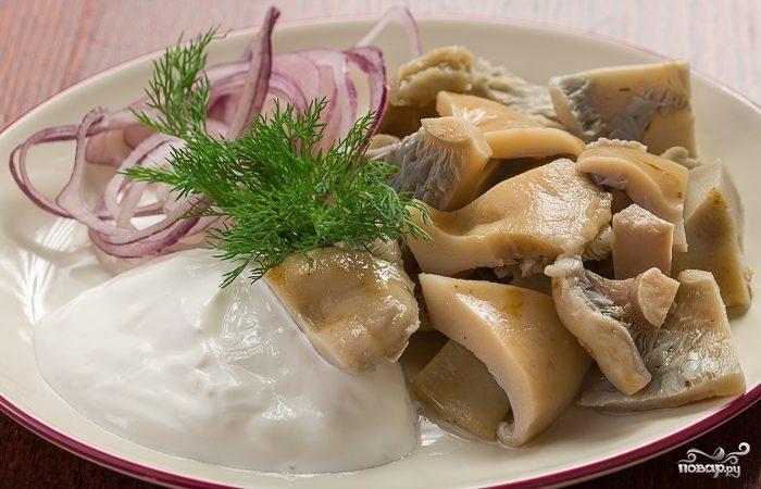 Соленые грибы со сметаной