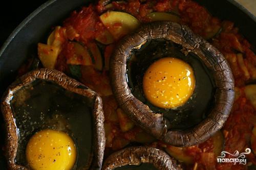 Рагу из цуккини с запеченными яйцами в грибах - фото шаг 3