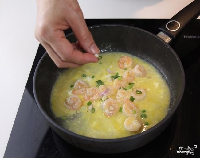 Креветки с яйцом - фото шаг 7