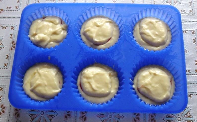Кексики на кефире в формочках - фото шаг 6