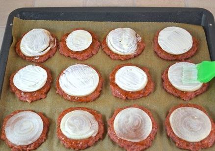 Котлеты в духовке с помидорами - фото шаг 9