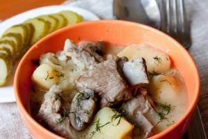 Тушеные свиные ребрышки с картошкой - фото шаг 6