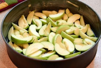 Шарлотка с орехами и яблоками - фото шаг 3