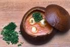 Томатный суп с куриными фрикадельками в горшочке из хлеба