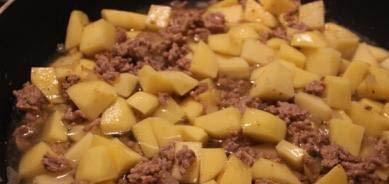 Фарш с картошкой на сковороде - фото шаг 4