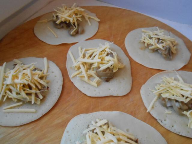 Блинчики с грибами и сыром - фото шаг 6