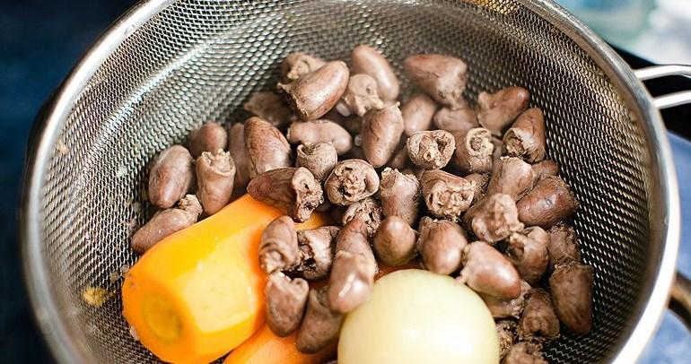 Суп из куриных сердечек с клецками - фото шаг 3